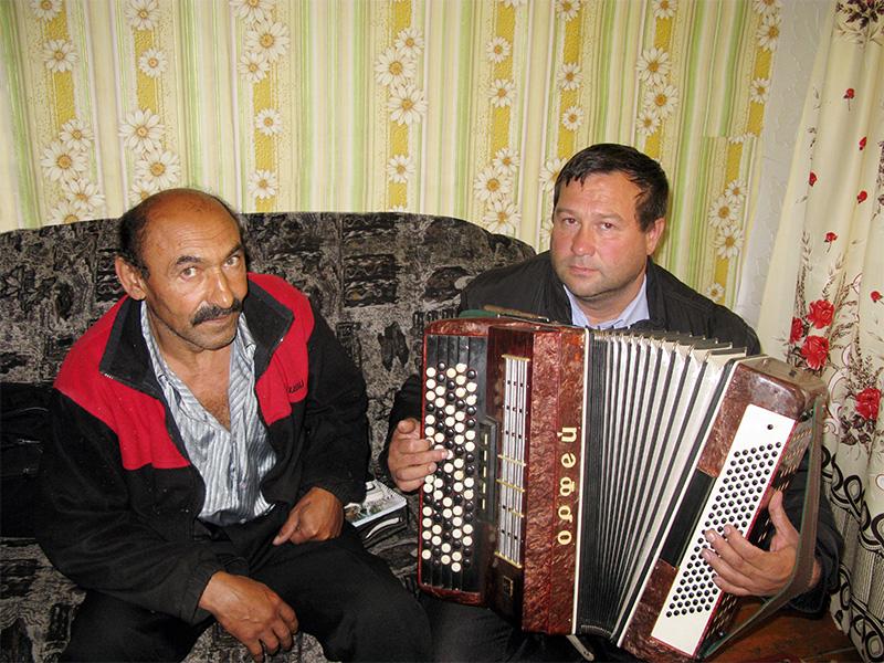 На фото: цыгане Александр и Николай (играет на аккордеоне).