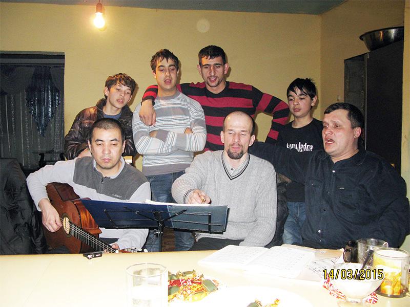 На фото: наши братья (сидят) и цыгане (стоят сзади) вместе поют.